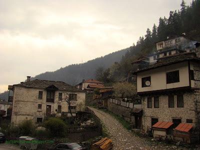тесни улички и къщи на село Широка лъка