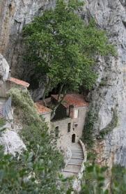 Eremiten-Haus in der Bergwand des Gorge de Galamus in Südfrankreich