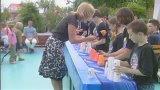 Screenshot vom ZDF-Fernsehgarten: Kinder stapeln Pappbecher zu Pyramiden