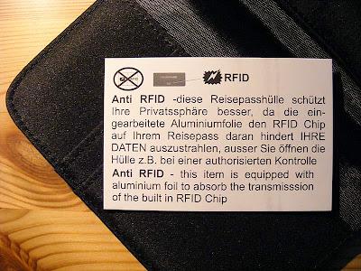 Zettel zu Reisepasstasche mit Informationen über die Schutzfunktion der Tasche gegen unbefugtes Auslesens des RFID-Chips auf dem Reisepas
