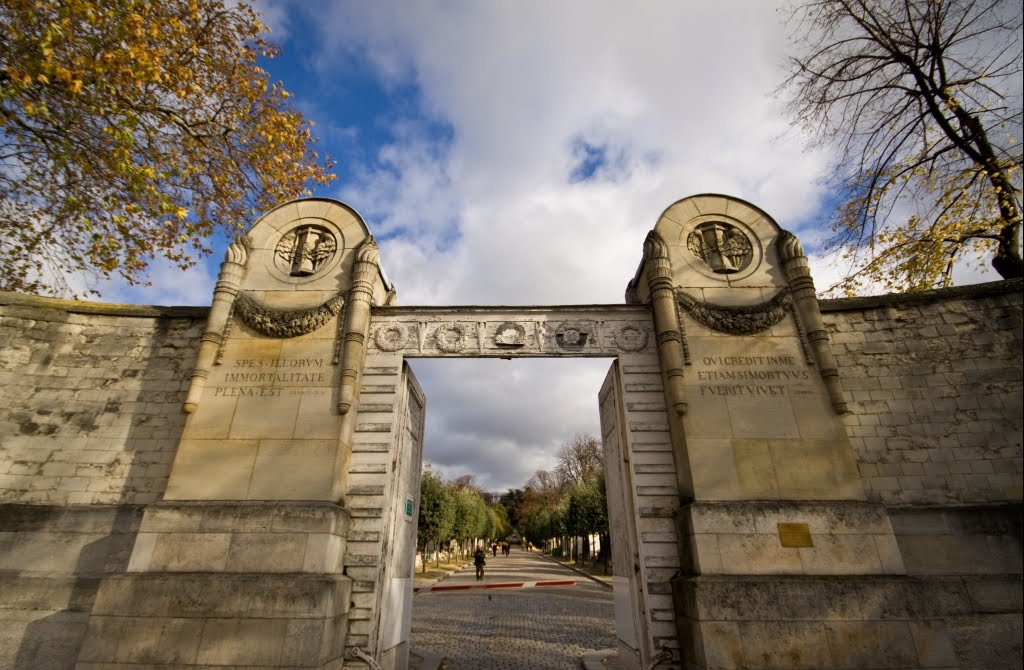 entrance pere lachaise cemetery in Paris