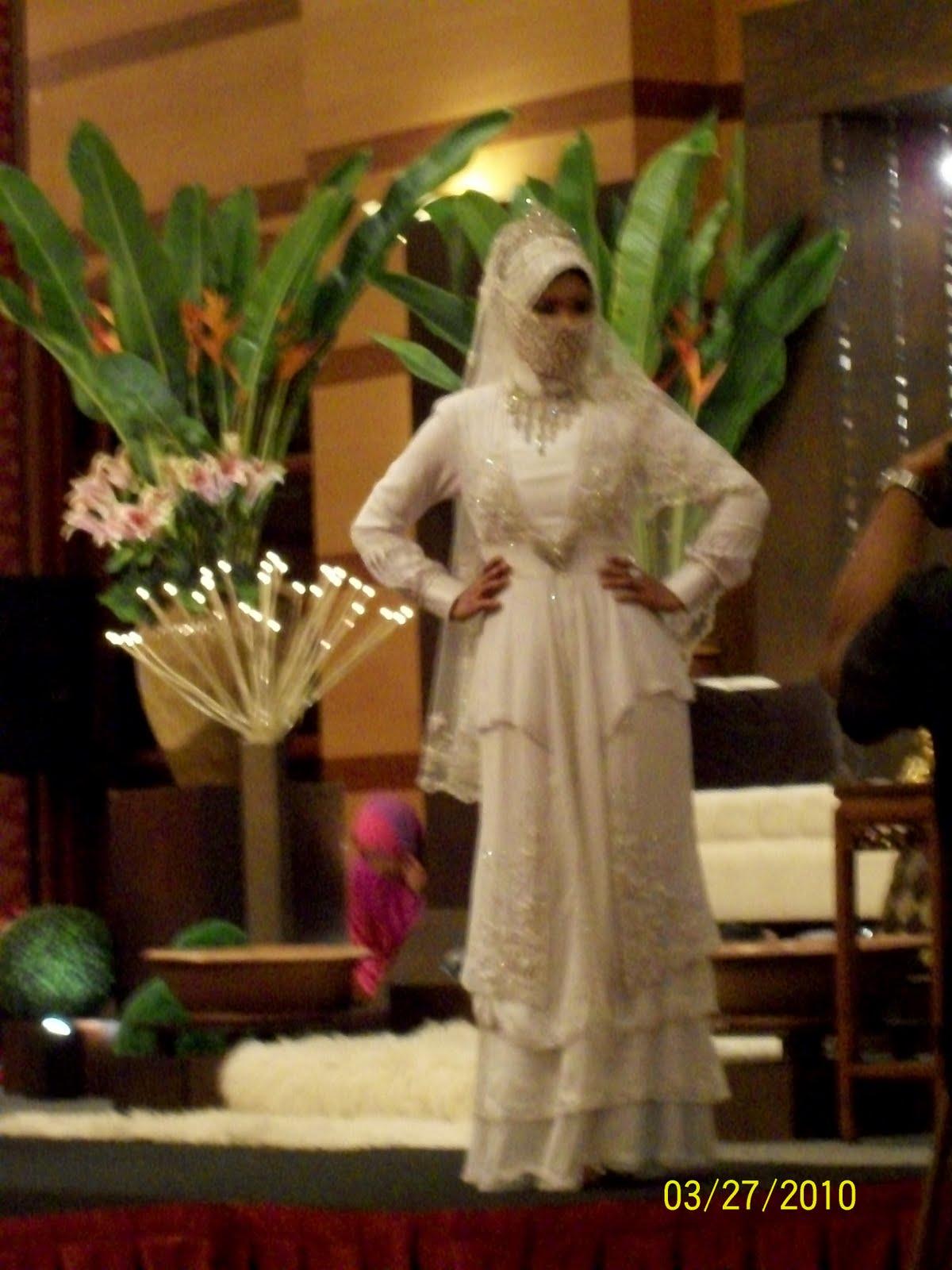 gambar di bawah model sedang memperagakan baju pengantin muslimah