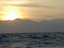Lever de soleil sur les immenses montagnes enneigees