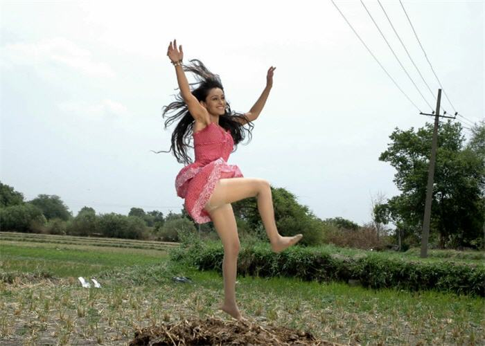 of arya ora heroine of padaharella vayasu hot images