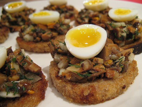 Nami nami a food blog rye bread canap s with wild for Quail egg canape