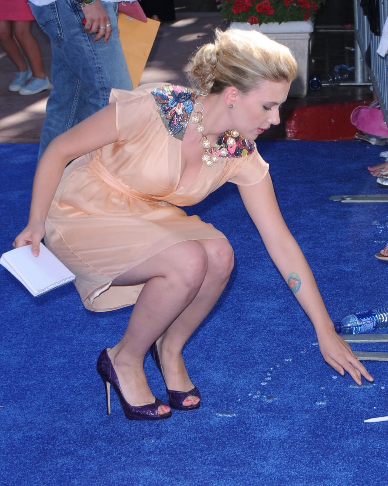 http://3.bp.blogspot.com/_YzoNgr0eLEo/TU5hqb9t_XI/AAAAAAAAHrg/lHm-DdRsmtA/s1600/63078_Scarlett_Johansson_arrives_at_the_2008_Teen_Choice_Awards_9189_122_243lo.jpg