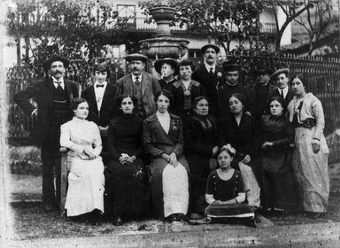 La familia Porturas Hoyle, últimos hacendados de Angasmarca, ante la pileta de la Hacienda