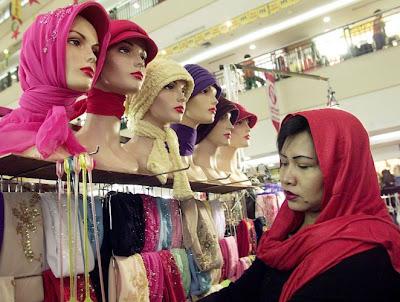 Mulher Escolhe V Us Em Shopping De Jacarta Indon Sia Na O