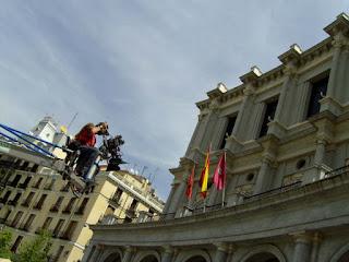 el director de fotografía rodando en grúa