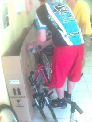 Собирают велосипед