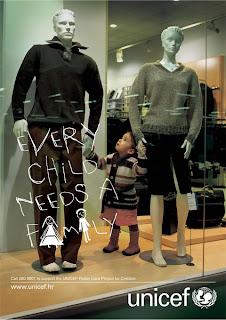 Every child needs a family. Toda criança precisa de uma família. Propaganda da UNICEF contra as crianças abandonadas.