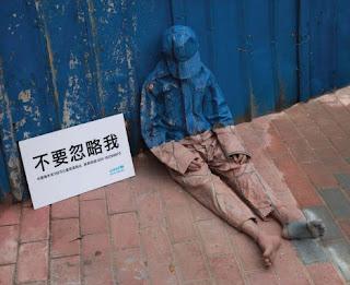 Homem sem casa. Homeless man. UNICEF contra moradores de rua. Homem invisível na calçada.