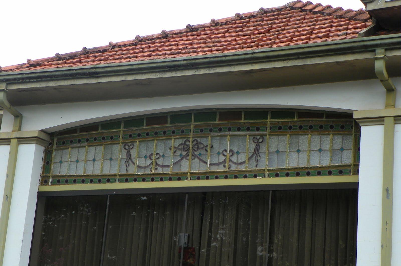 #895042 Um belo vitrô antigo mantido sobre a janela hoje de vidro temperado 300 Janelas De Vidro Temperado Belo Horizonte