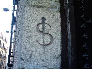 Anagrama de 'esclavo' en la entrada de la capilla del Santo Cristo (C/ Bordadores)