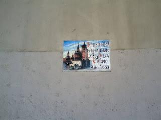 Placa que recuerda que en la iglesia de San Sebastián se enterró a Lope de Vega