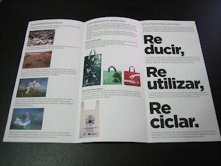 Interior del folleto de Carrefour sobre bolsas de plástico