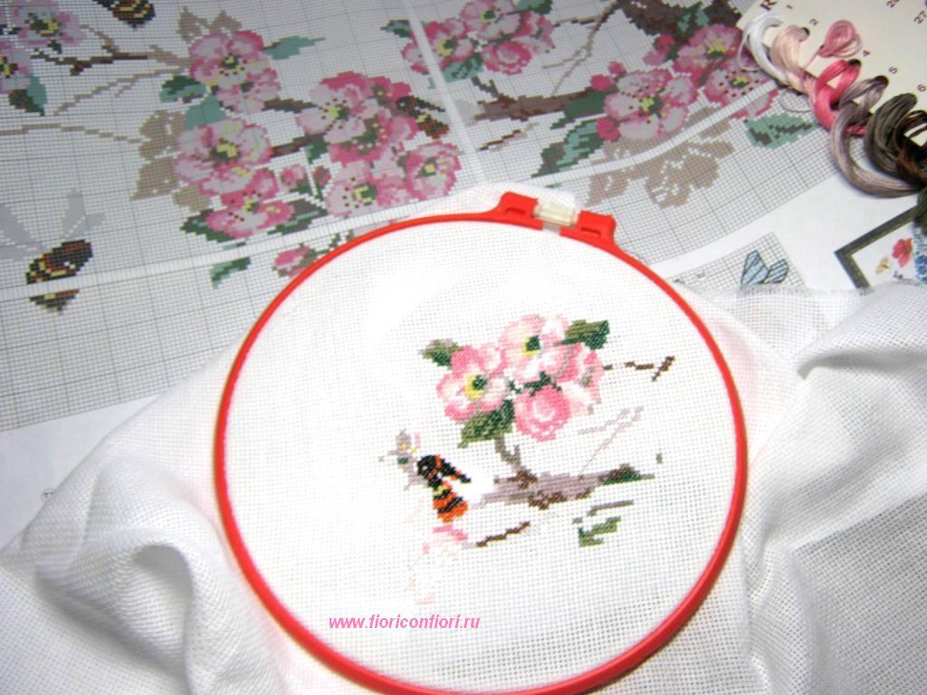 Всегда актуальная вышивка: цветок, листок, лепесток.