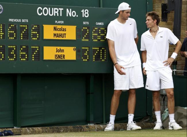 Les cahiers du tennis en pension mahut isner le match for Taille court de tennis
