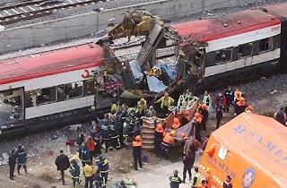 Los servicios de emergencia en uno de los trenes afectados por el atentado terrorista del 11 de marzo de 2004 en Madrid