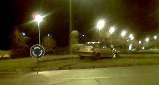 Un vehículo accidentado encima de una rotonda, ¿esto es Periodismo Ciudadano?