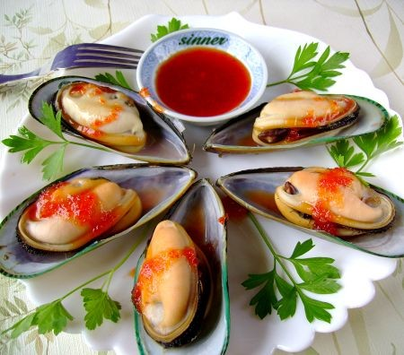 Boiled mussels with sweet chilli sauce