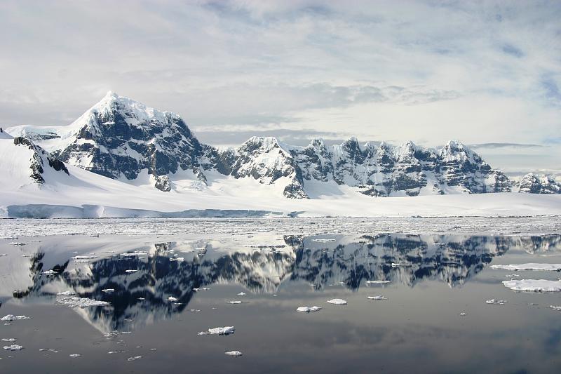Arktik i Antarktik - Page 2 Antarctic_mountains_and_drifting_ice