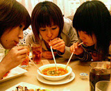 Eating together: Ami, Fumie, Pe (l-r, from Ami's blog)