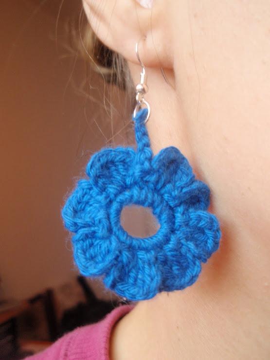 Cod 086. Cercei crosetati - floare albastra. Pret 15 ron