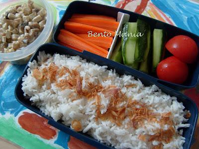 Makan mie ayam dan nasi