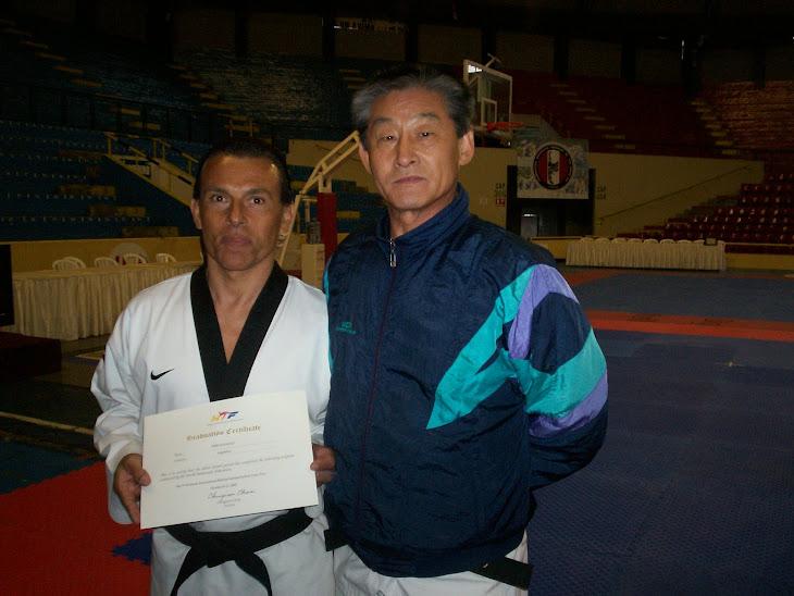 derecha maestro LEE KYU HYUN,director de árbitros internacionales de poose de la WTF