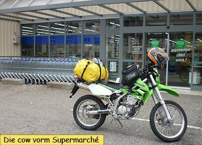 KLX250 in Frankreich vorm Supermarkt