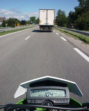 KLX250 auf der Autobahn in Frankreich