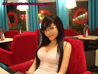 Elly Tran Ha / Elly Kim Hong / Elly Bồ Công Anh smiling in a restaurant