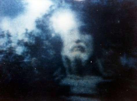 fotos de imagen espectral aparecida en la pantalla de un televisor