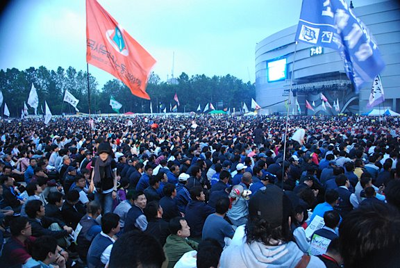 [Seoul_plaza_demonstration_top]