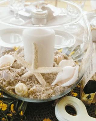 centro de mesa hecho con conchas y arena de mar