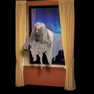 decora en halloween con un fanstasma en la ventana