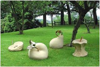 figuras de jardin con formas de frutas