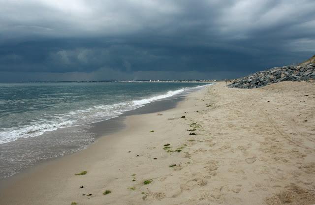plage déserte, ciel plombé...soir d'été!