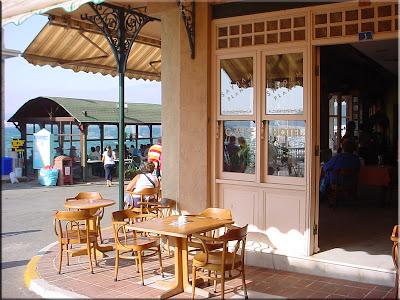 Cafeteria en el puerto de la isla