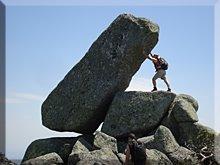 Colocando un pequeño hito de piedras