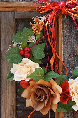 wieniec z róż herbacianych i bluszczu