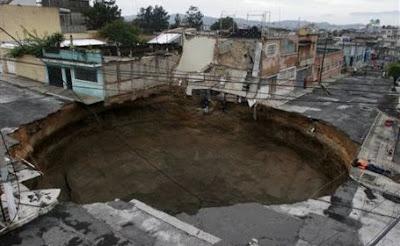 Crater de 60 de metri adâncime şi cu diametru de 30, produs în Guatemala după o furtuna tropicală