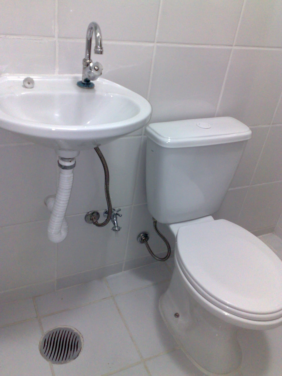 antiga válvula de descarga interna foi substituida por caixa  #5E666D 1200x1600 Banheiro De Pobre Bonito