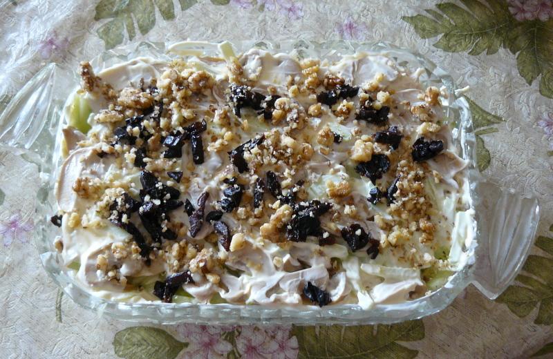 Салат с курицей и черносливом и грецкими орехами рецепт