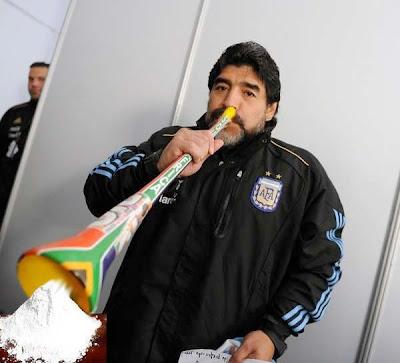 Maradona fazendo uso da Vuvuzela