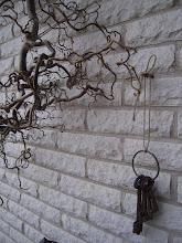 Jag har gömt nycklarna bakom Trollhasseln... Är jag inte hemma är de bara att traska in...