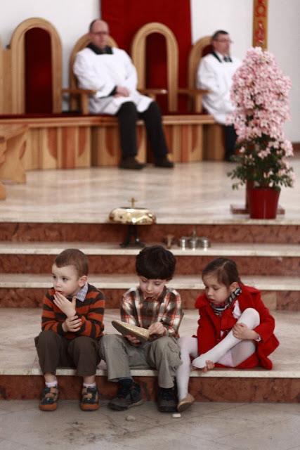 Młode pokolenie chrześcijan bawiące się radośnie