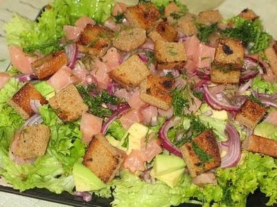 Салат из авокадо и малосольного лосося
