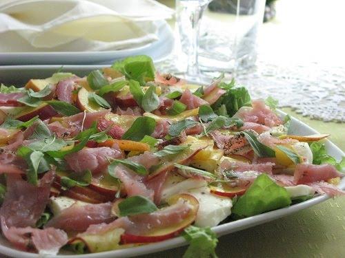 Салат из моцареллы с персиками от Джейми Оливера